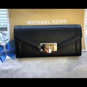 Michael Kors  Kinsley carry all wallet leather NWT